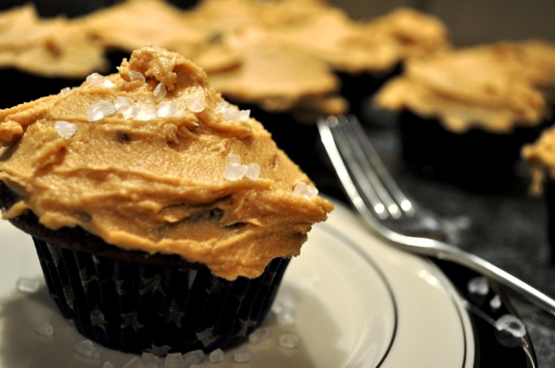 chocolate-peanut-icing-cupcake